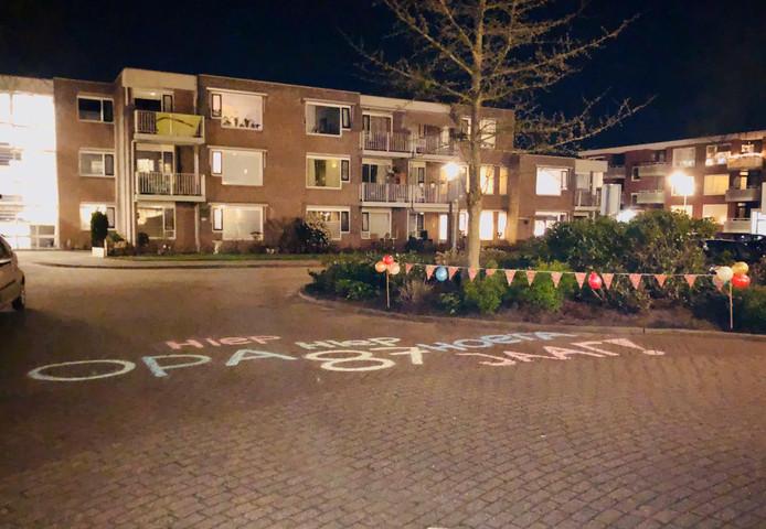 De felicitatie voor opa Jan in Hengelo