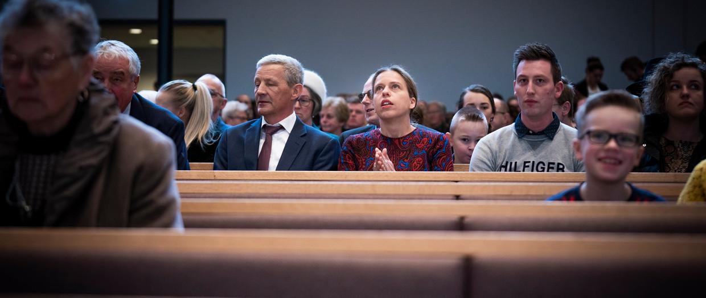 Minister Carola Schouten van Landbouw, Natuur en Voedselkwaliteit (ChristenUnie) in de Christelijk Gereformeerde Kerk Ichthus, waar zij een dienst bijwoont tijdens een bezoek aan Urk. Beeld Freek van den Bergh