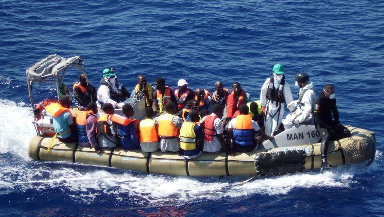 Migranten bij de kust van Sicilië tijdens een reddingsoperatie Beeld afp