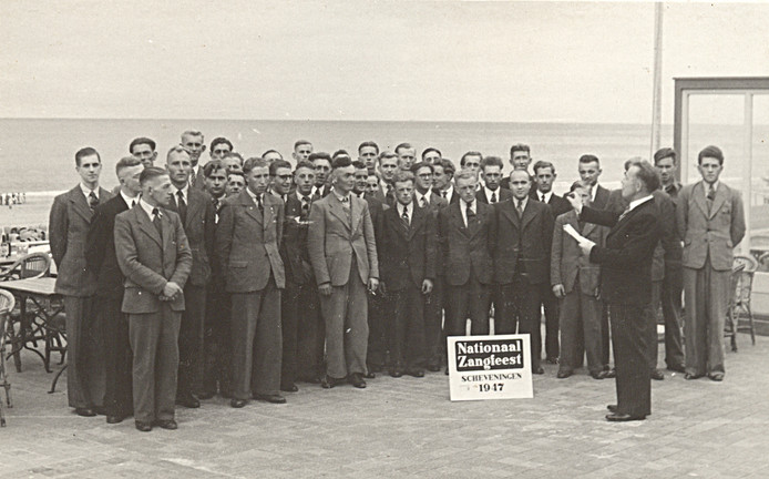 Mannenkoor De Nachtegaal in 1947 tijdens het Nationaal Zangfeest in Scheveningen.