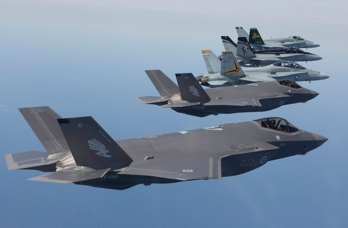 De F-35 Joint Strike Fighter (voorgrond)