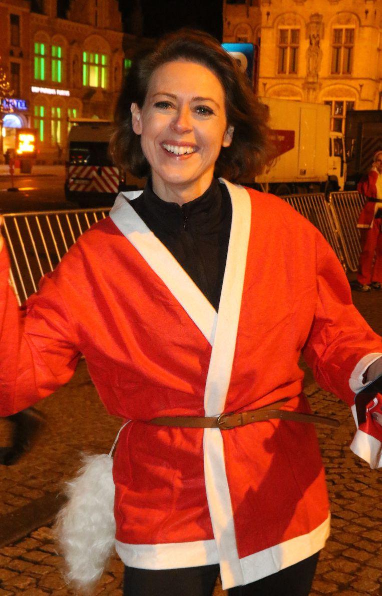 Ook kersvers burgemeester Emmily Talpe waagde zich aan een loopje in kerstpak