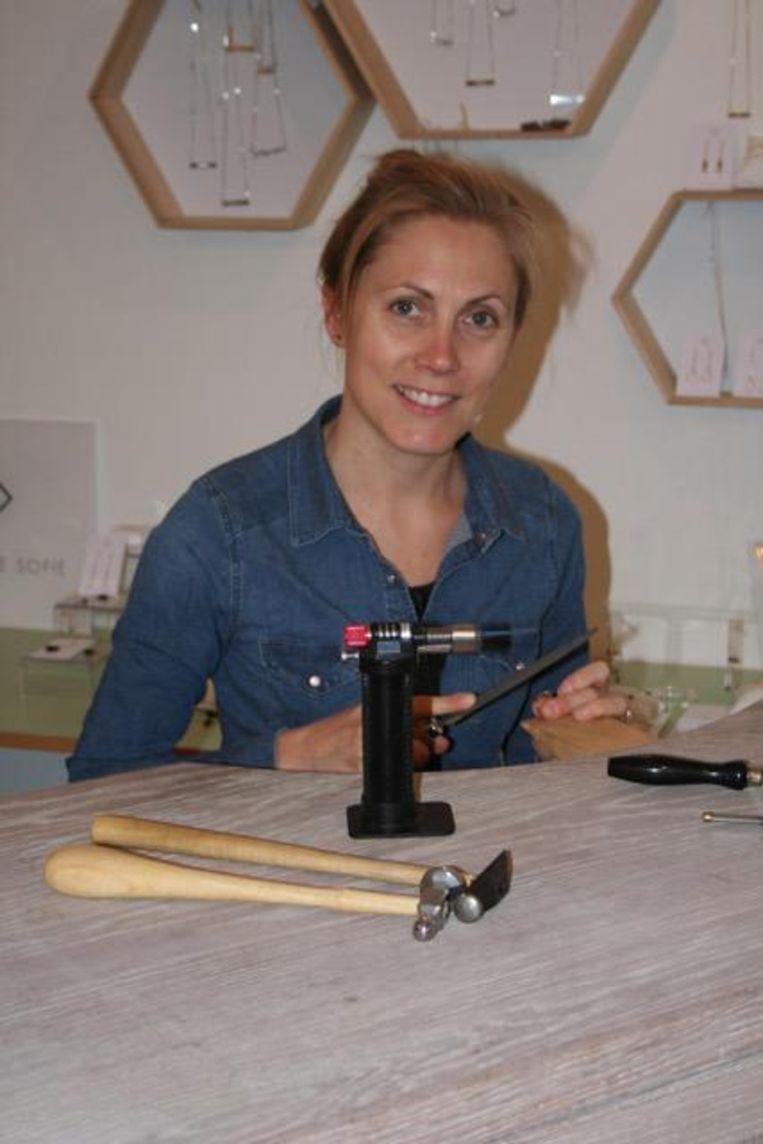 Sofie aan het werk in haar atelier.