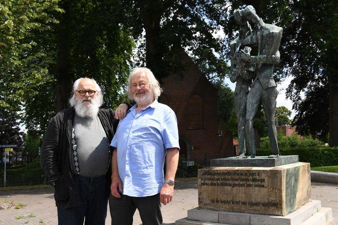 Johan Brosens en Guus Dam (l) bij het beeld van Vincent en Theo op het Van Goghpleintje in Zundert. De vrienden zijn doorgegaan op het pad van De Fer.