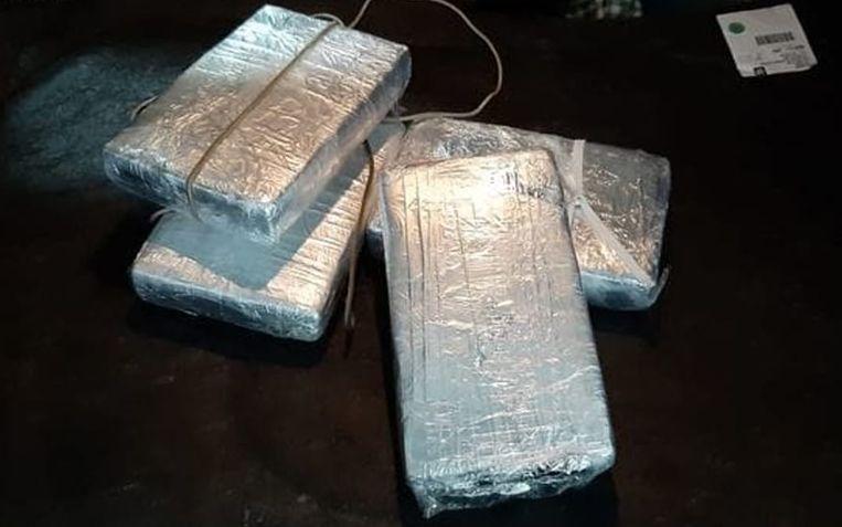 De politie ontdekte deze vier pakketten drugs onder de achterbank.