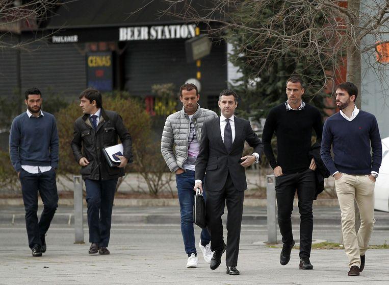 Jordi Figueras (uiterst rechts) aan het gerechtsgebouw in Pamplona.