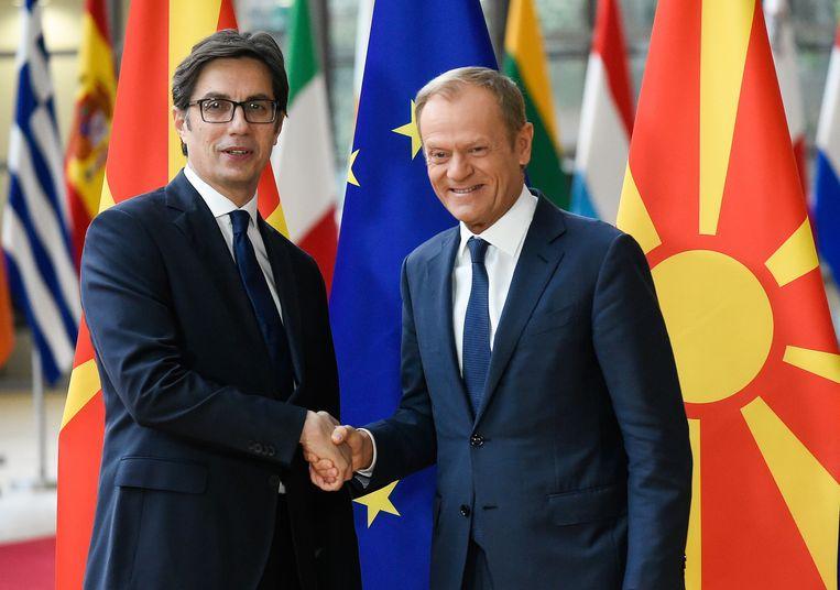 Donald Tusk, de president van de Europese Raad verwelkomt de president van Noord-Macedonië, Stevo Pendarovski in juni in Brussel.