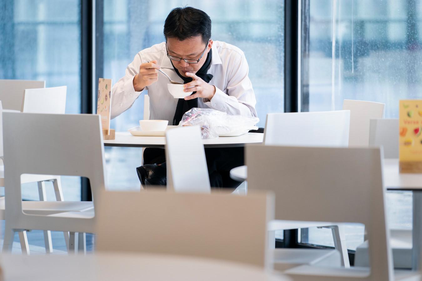 De Brabantse provincie-ambtenaar Karfee Tong, eenzaam aan de lunch in het halflege bedrijfsrestaurant