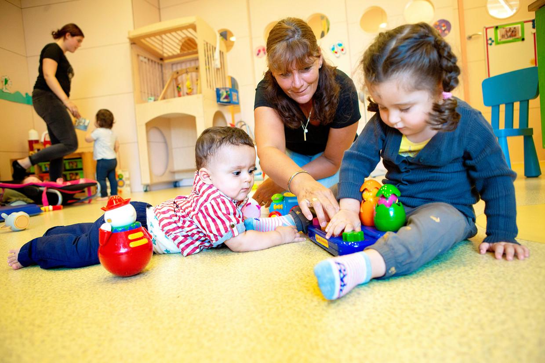 Kinderen spelen in een kinderopvang in Den Haag.  Beeld Najib Nafid