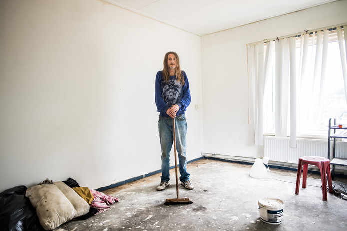 Jackie Kasteel in zijn kale woonkamer die door criminelen klaargestoomd werd voor een hennepkwekerij.
