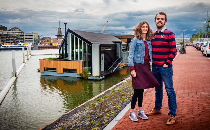 Maarten en Elize Vroegindeweij bij hun woonboot: ,,Het ontwerp is revolutionair, want de meeste boten zijn recht en dit woonschip heeft een schuin lijnenspel voor de meest ideale ligging van de zonnepanelen.''