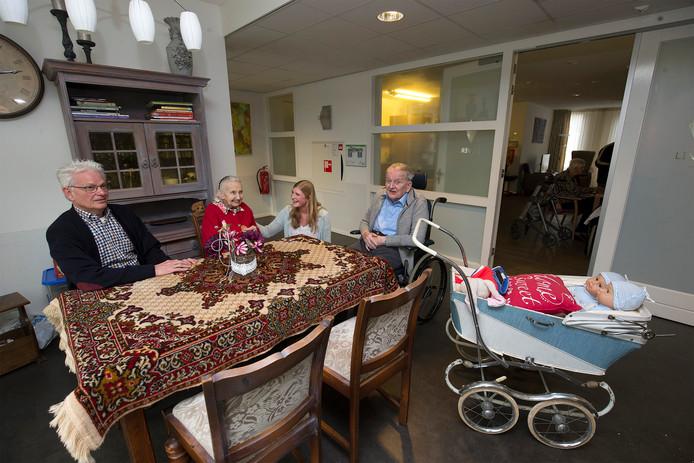 Ruud Olthof (links) en verpleegkundige Barbera Jolink (tweede van rechts) in gesprek met Lindenhof-bewoners Annie van Zantvoort en Leo Eijkelkamp.