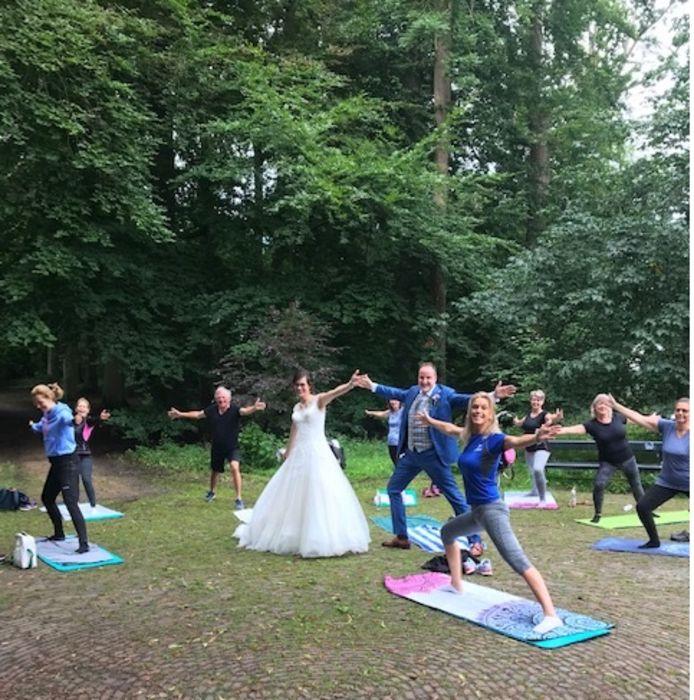 Het bruidspaar in actie tijdens de pilatesles.