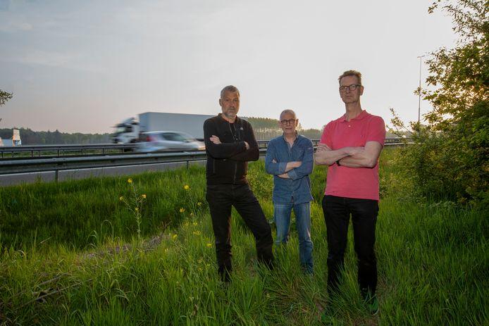 Vlnr: Hans van Woensel, Ad Aben en Paul van der Avort bij het voortrazende verkeer op de A58.