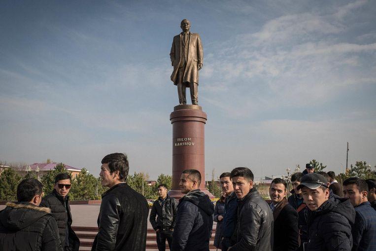 Standbeeld van dictator Islam Karimov in Samarkand. Beeld null