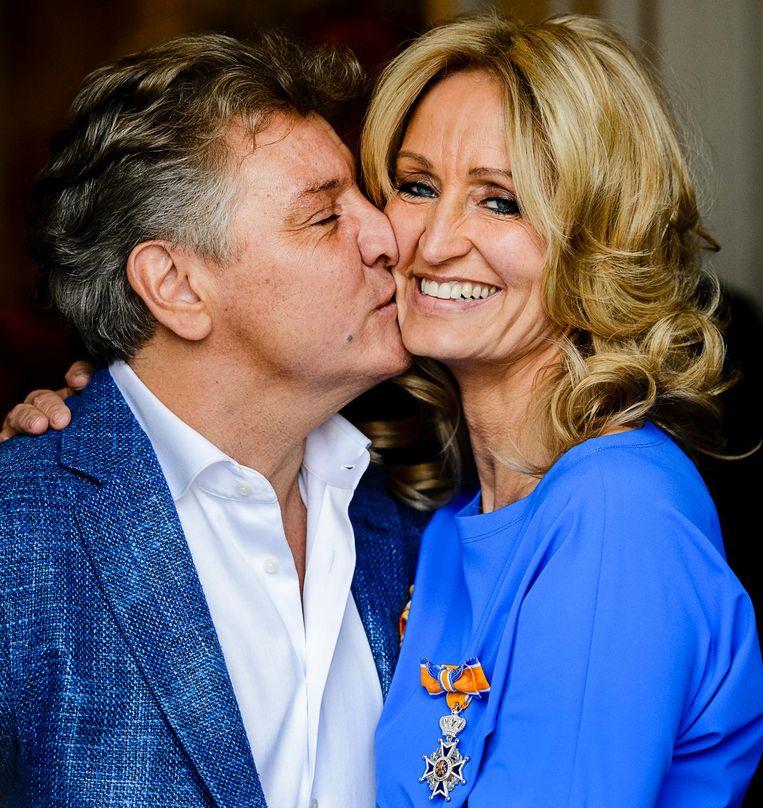 Natasja Froger poseert samen het haar man Rene en haar koninklijke onderscheiding, april 2016. Beeld anp
