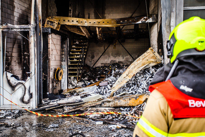 Ravage na grote brand aan de Pieter Zeemanweg in Dordrecht.