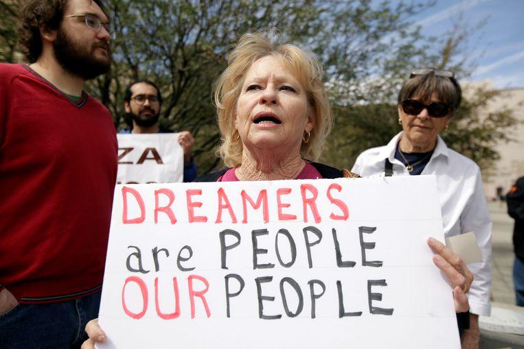 """In de Verenigde Staten heeft een federale rechter in Washington D.C. de regering opgedragen om DACA (Deferred Action for Childhood Arrivals), beter bekend als het Dreamers-programma, opnieuw te activeren. DACA werd in 2012 door de vorige president Barack Obama ingevoerd om bijna 800.000 """"dreamers"""", vluchtelingen die als minderjarige aankwamen in de Verenigde Staten, te beschermen tegen uitwijzing."""