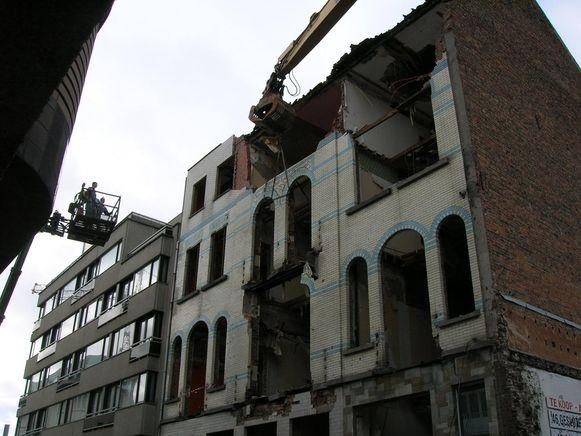 Heel wat keramiek van de gevel kon gered worden van de sloop. Binnenkort is het gerestaureerde werk (bovenste foto) te zien in Het Stadsmus.