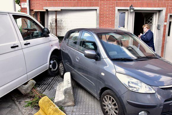 De bestelwagen strandde tegen de voorgevel van een woning op de hoek van de R8 met de Mellestraat. Daarbij werd ook de geparkeerde auto van de bewoners licht beschadigd.