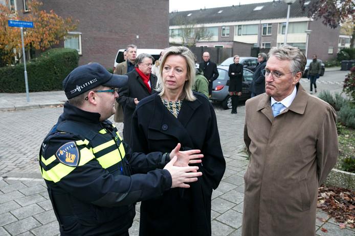 Burgemeester Jorritsma en minister Ollongren worden door de politie rondgeleid in Eindhoven.