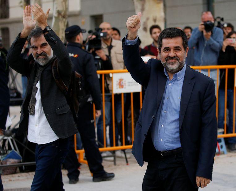 Jordi Cuixart (L), leider van het Calatalaanse Omnium Cultural en Jordi Sanchez van de Nationale Catalaanse Assemblee zitten in voorlopige hechtenis en worden verdacht van opruiing.  Beeld REUTERS