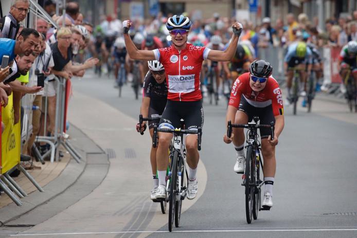 Marianne Vos wint (in de trui van het puntenklassement) de koninginnerit van de BeNe Ladies Tour.