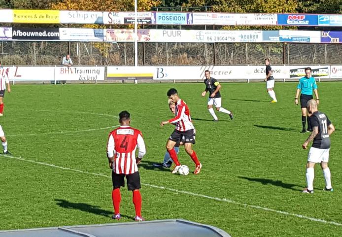 Abdoe Abdenbi, maker van de 1-0, houdt Deso-speler Tobi Steeg van zich af.