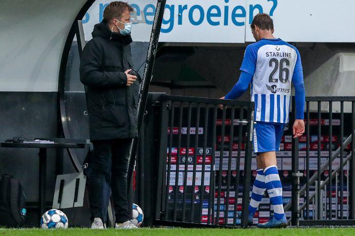 Pieter Bogaers verlaat het veld na zijn rode kaart voor een overtreding op NEC-speler Elayis Tavsan