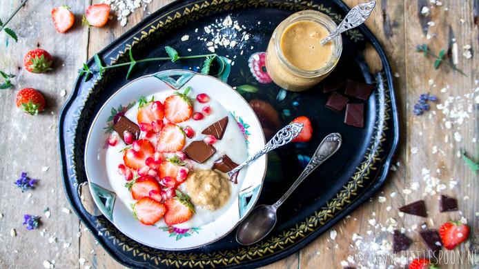 Havermout met aardbeien en pure chocolade.