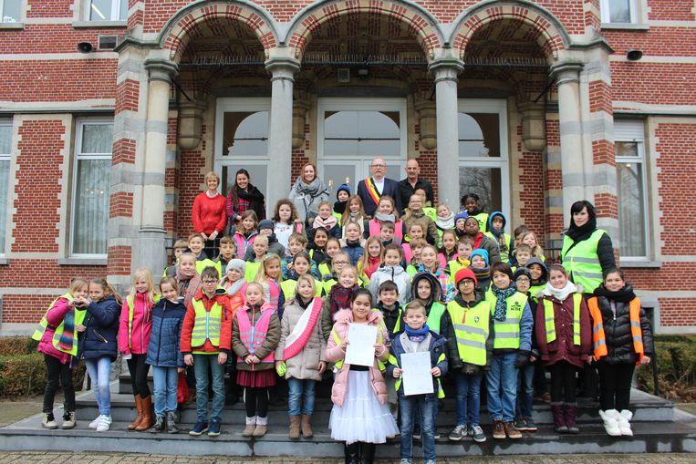 Drie klassen van het 4de leerjaar van de Sint Calasanz school uit Hoevenen brachten een bezoek aan het Stabroekse gemeentehuis.