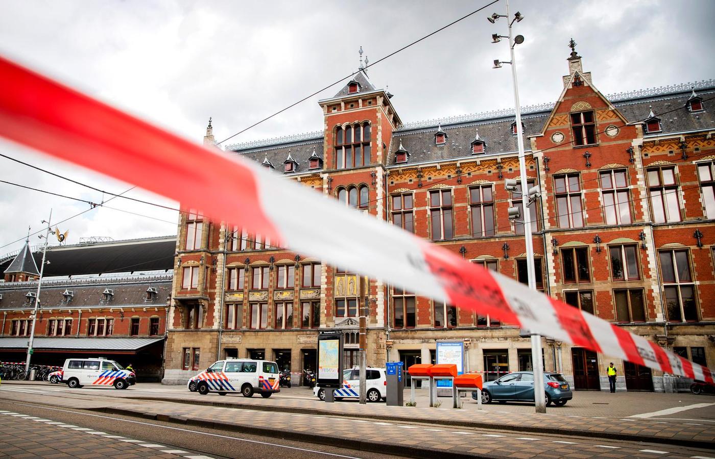 De politie heeft op station Amsterdam Centraal een verdachte neergeschoten die betrokken was bij een steekincident.