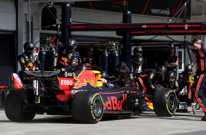 Max Verstappen komt binnen voor een pitstop.