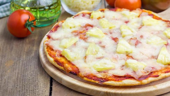 La pizza hawaïenne est composée d'ananas et de jambon