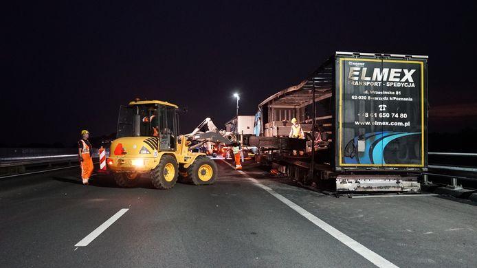 De berging van een uitgebrande vrachtwagen op de A1 is in volle gang.