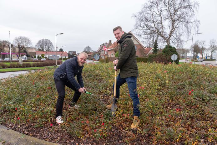 De praalwagenontwerpers Marcel Santbergen (links) en Jordy Winter willen op de rotonde Weg van Rollecate een kunstwerk   dat blijvend herinnert aan het bloemencorso in Vollenhove.