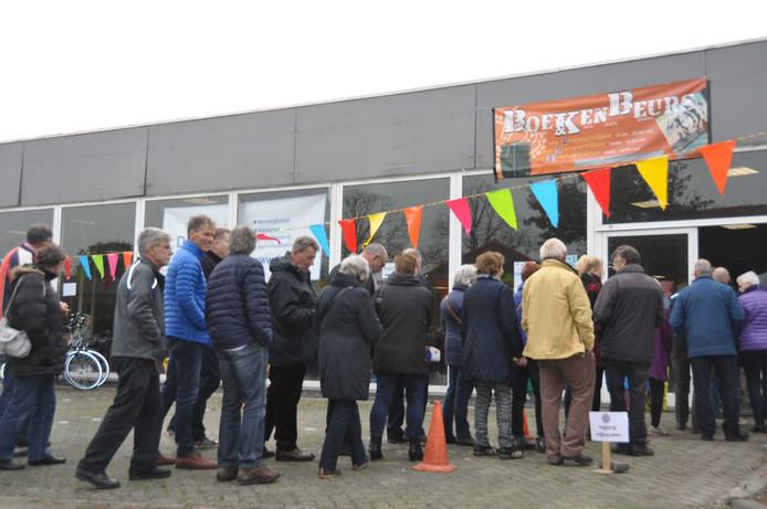 Veel wachtenden voor de start van de boekenbeurs.