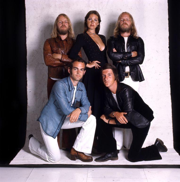 De bandleden van Earth and Fire in 1979. Van links naar rechts: Gerard Koerts, Theo Hurts, Jerney Kaagman, Ton van der Kleij en Chris Koerts. Beeld RV
