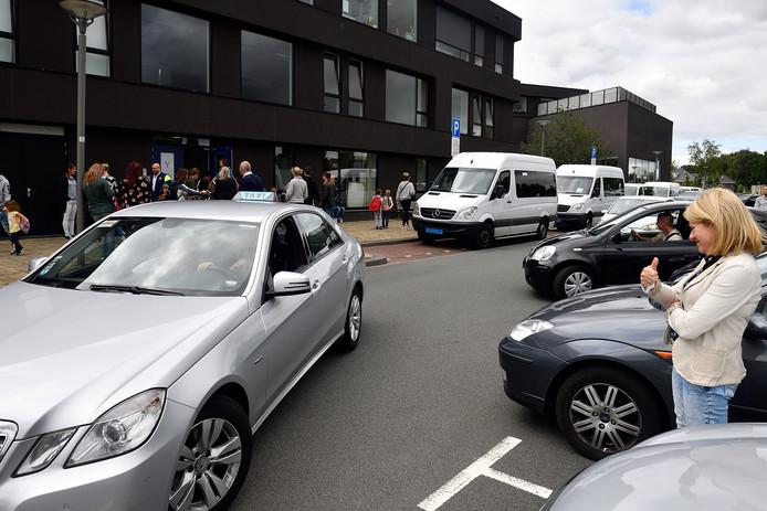 De parkeergelegenheid bij de school voor speciaal onderwijs in Vathorst lijkt te beperkt.