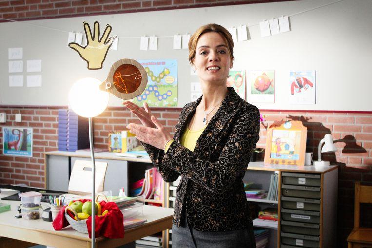 In de tv-serie De Luizenmoeder probeert Juf Ank regelmatig bemoeizuchtige ouders op te voeden en de klas uit te werken. Hier heeft ze een zwaailicht, dat laat zien of ouders mogen zwaaien naar hun kind of niet. Beeld AVROTROS