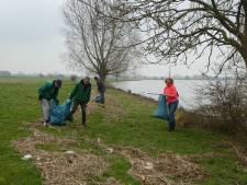 Vrijwilligers gaan met prikstok en vuilniszak zwerfvuil rapen in Lopik