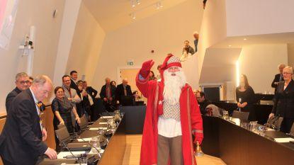 Video: kerstman valt binnen op eerste nieuwe gemeenteraad