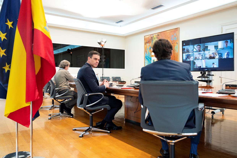 De Spaanse premier Pedro Sanchez zit een vergadering voor over COVID-19 in het La Moncloa paleis in Madrid, op 2 mei 2020.  Beeld EPA
