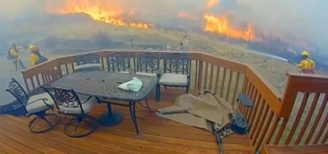 Des pompiers héroïques sauvent une maison d'un feu de forêt