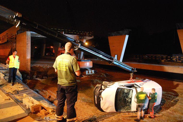 De wagen kwam 2,5 meter lager terecht en moest getakeld worden.