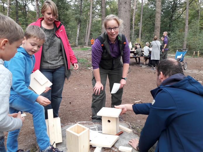 Boswachter Lydie van Santen geeft uitleg bij het timmeren van nestkastjes.