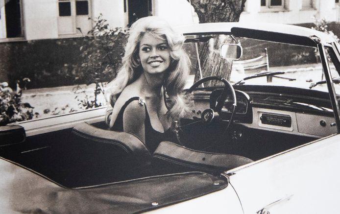 Brigitte Bardot in haar Renault Floride in 1961.