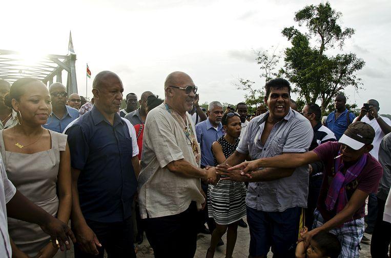 Opening van de Carolinabrug in het Indianendorp Redi Doti. Bouterse en zijn NDP hebben tijdens de campagne erop gewezen dat er onder zijn presidentschap veel infrastructuurprojecten zijn gerealiseerd. Beeld ANP