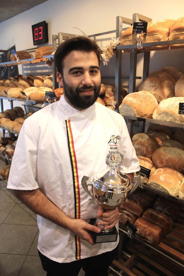 Jaël met de overwinningsbeker in de bakkerij.