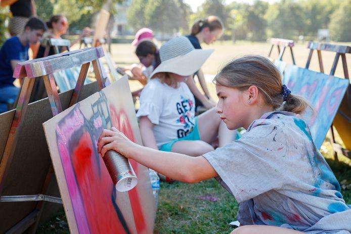 Zevenbergen - 7-8-2020 - Foto: Pix4Profs/Marcel Otterspeer - Meer Moerdijk biedt de jeugd allerlei workshops aan om de vakantie door te komen. Vandaag kon je leren graffiti spuiten.